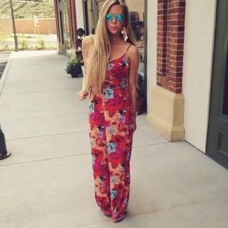 Comment porter: combinaison pantalon à fleurs rouge, lunettes de soleil bleues, boucles d'oreilles dorées