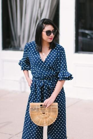 Comment porter une pochette de paille beige: Harmonise une combinaison pantalon á pois bleu marine avec une pochette de paille beige pour une impression décontractée.