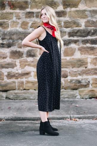 Comment porter: combinaison pantalon á pois noire, bottines en daim noires, bandana rouge