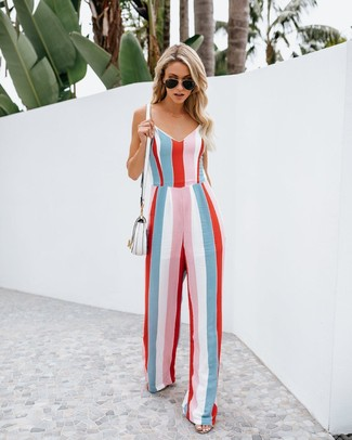 Comment porter: combinaison pantalon à rayures verticales multicolore, sac bandoulière en cuir blanc, lunettes de soleil noires