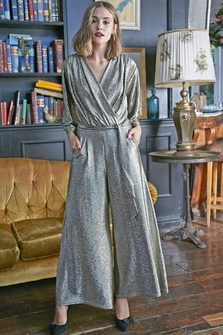 Comment porter: combinaison pantalon argentée, escarpins en daim noirs, boucles d'oreilles dorées