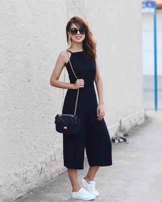 Comment porter: combinaison pantalon noire, baskets basses en cuir blanches, sac bandoulière en cuir matelassé noir, lunettes de soleil noires