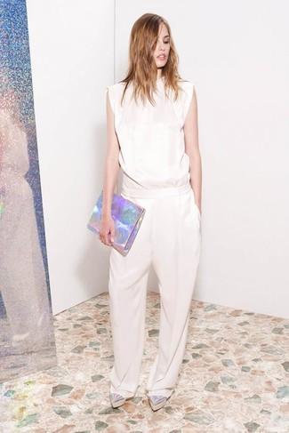 Comment porter: combinaison pantalon beige, mocassins plateforme en cuir argentés, pochette en cuir argentée
