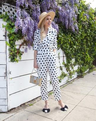 Comment porter: combinaison pantalon á pois blanche et noire, escarpins en cuir blancs et noirs, sac bandoulière en cuir argenté, chapeau de paille marron clair