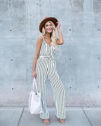 Comment porter des sandales à talons en cuir beiges: Opte pour une combinaison pantalon à rayures verticales blanche et noire pour créer un look génial et idéal le week-end. Cet ensemble est parfait avec une paire de des sandales à talons en cuir beiges.