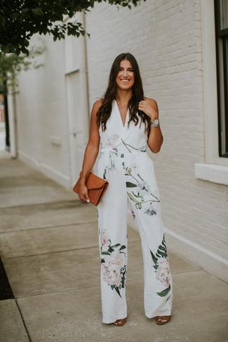 Comment porter: combinaison pantalon à fleurs blanche, sandales à talons en cuir marron, pochette en cuir tabac, montre argentée