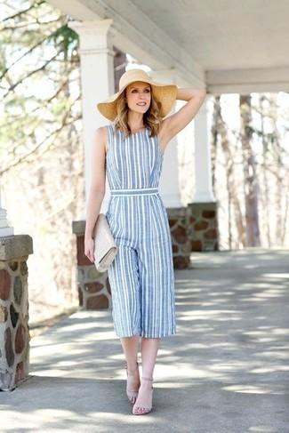 Comment porter: combinaison pantalon à rayures verticales bleu clair, sandales à talons en cuir grises, pochette en cuir grise, chapeau de paille beige