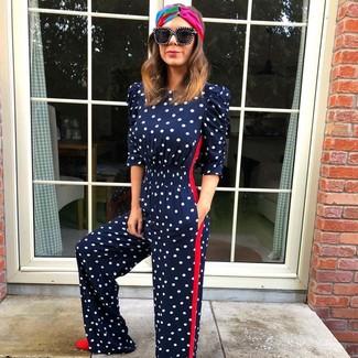 Comment porter: combinaison pantalon á pois bleu marine, escarpins en daim rouges, lunettes de soleil noires, bandeau multicolore