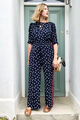 Comment porter: combinaison pantalon á pois bleu marine, sandales plates en cuir marron, sac bandoulière de paille beige, pendentif doré
