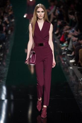 Comment porter: combinaison pantalon bordeaux, escarpins en daim bordeaux, cartable en cuir bordeaux, ceinture en cuir bordeaux