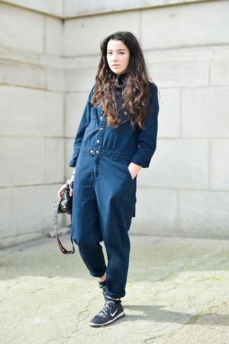 Comment porter: combinaison pantalon en denim bleu marine, chaussures de sport bleu marine