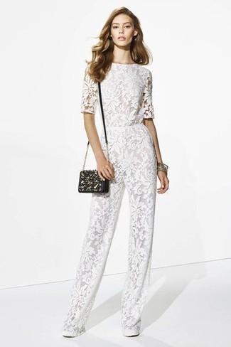 Pense à opter pour une combinaison pantalon en dentelle blanche pour une tenue confortable aussi composée avec goût.