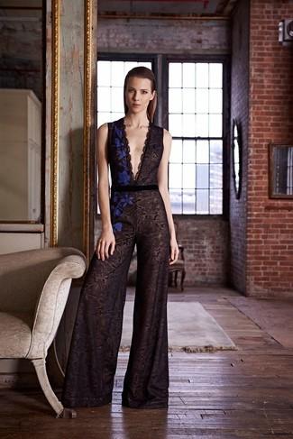 Choisis une combinaison pantalon en dentelle noire pour une tenue idéale le week-end.