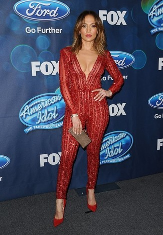 Tenue de Jennifer Lopez: Combinaison pantalon en dentelle rouge, Escarpins en daim rouges, Pochette marron