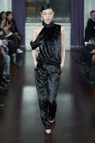Comment porter: combinaison pantalon en velours noire, escarpins en daim bordeaux, boucles d'oreilles argentées