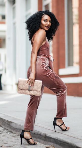Comment porter: combinaison pantalon en velours rose, sandales à talons en satin noires, pochette en cuir dorée