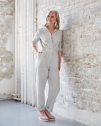 Comment porter: combinaison pantalon grise, chaussures richelieu en daim roses, boucles d'oreilles blanches