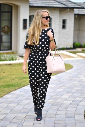 Comment porter un sac fourre-tout en cuir rose: Porte une combinaison pantalon á pois noire et blanche et un sac fourre-tout en cuir rose pour créer un look génial et idéal le week-end. Une paire de des mules en cuir noires rendra élégant même le plus décontracté des looks.