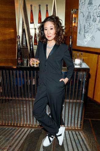 Comment porter: combinaison pantalon noire, baskets basses en cuir blanches et noires, collier transparent