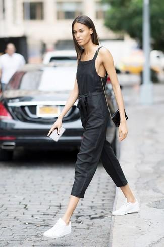 Comment porter: combinaison pantalon noire, baskets basses en cuir blanches, sac bandoulière en cuir noir
