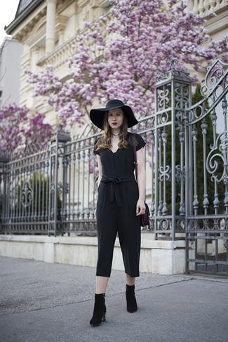 Comment porter: combinaison pantalon noire, bottines en daim ornées noires, sac fourre-tout en daim pourpre, chapeau noir