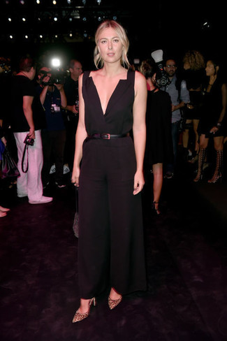 Combinaison pantalon noire escarpins en daim marron clair ceinture serre taille en cuir noire large 22645