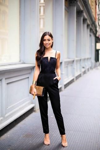 Porte une combinaison pantalon noire pour un look de tous les jours facile à porter. Assortis ce look avec une paire de des sandales à talons en cuir beiges.