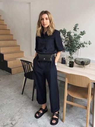Comment porter: combinaison pantalon noire, sandales plates en cuir noires, sac banane en cuir noir