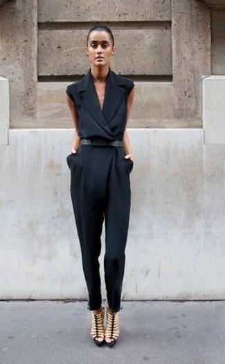 Comment porter: combinaison pantalon noire, sandales spartiates en cuir beiges, ceinture en cuir noire