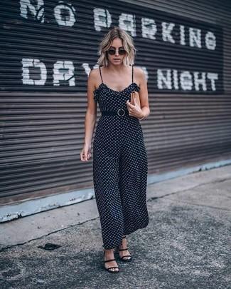 Comment porter: combinaison pantalon á pois noire, sandales spartiates en cuir noires, pochette en cuir marron clair, lunettes de soleil noires