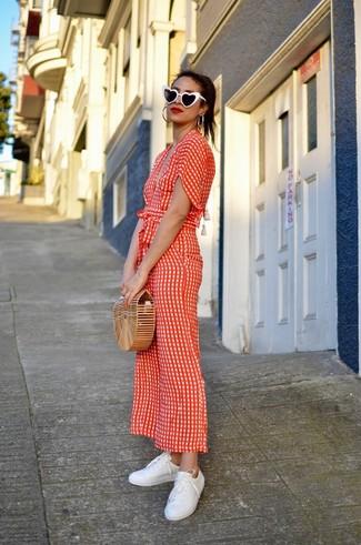 Comment porter: combinaison pantalon á pois rouge, baskets basses en cuir blanches, pochette de paille marron clair, lunettes de soleil noires et blanches