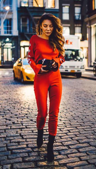 Comment porter: combinaison pantalon rouge, bottines en daim noires, pochette pailletée noire