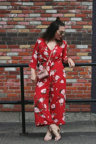 Comment porter: combinaison pantalon à fleurs rouge, sandales à talons en cuir roses, sac bandoulière en cuir rose, lunettes de soleil noires