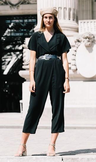Comment porter: combinaison pantalon vert foncé, sandales à talons en cuir argentées, béret beige, ceinture serre-taille en cuir noire