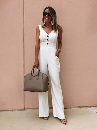 Comment porter: combinaison pantalon blanche, sandales à talons en daim grises, cartable en cuir marron, lunettes de soleil noires