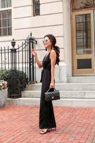 Comment porter un cartable en cuir matelassé noir: Choisis une combinaison pantalon noire et un cartable en cuir matelassé noir pour une tenue relax mais stylée. Termine ce look avec une paire de des sandales à talons en cuir noires.