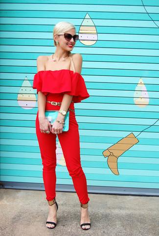 Tendances mode femmes: Porte une combinaison pantalon rouge pour un look de tous les jours facile à porter. Une paire de des sandales à talons en cuir noir et doré est une option génial pour complèter cette tenue.