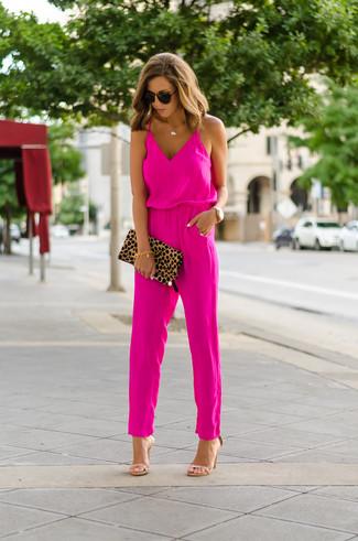 Comment porter: combinaison pantalon fuchsia, sandales à talons en cuir marron clair, pochette en daim imprimée léopard marron clair, lunettes de soleil marron foncé
