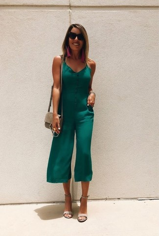 Tenue: Combinaison pantalon verte, Sandales à talons en daim grises, Sac bandoulière en cuir beige, Lunettes de soleil noires
