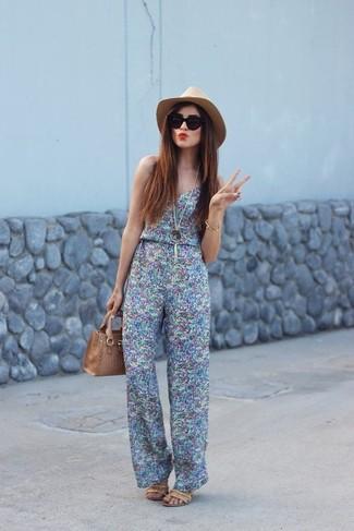 Tendances mode femmes: Porte une combinaison pantalon imprimée bleu clair pour un look idéal le week-end. Cet ensemble est parfait avec une paire de des sandales à talons en cuir marron clair.