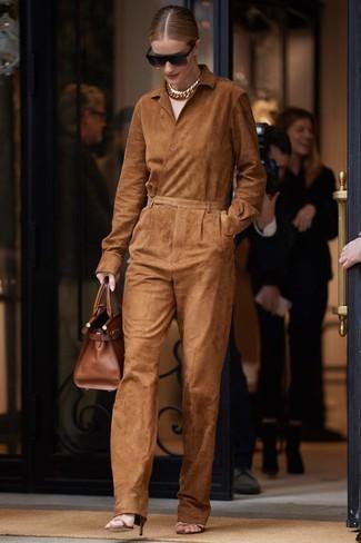 Comment porter: combinaison pantalon en daim tabac, sandales à talons en cuir marron, sac fourre-tout en cuir marron, lunettes de soleil noires