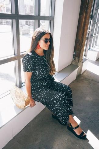 Comment porter: combinaison pantalon á pois noire et blanche, sandales plates en cuir noires, pochette de paille beige, lunettes de soleil noires