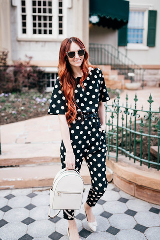 Comment porter un sac à dos en cuir blanc: Choisis une combinaison pantalon á pois noire et blanche et un sac à dos en cuir blanc pour une tenue idéale le week-end. Opte pour une paire de des slippers en cuir blancs pour afficher ton expertise vestimentaire.