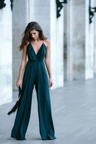 Comment porter: combinaison pantalon vert foncé, sandales à talons en cuir noires, pochette en daim à franges noire