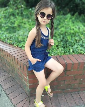 Comment porter: combishort bleu marine, sandales chartreuses, lunettes de soleil noires