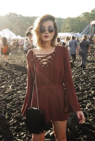 Comment porter: combishort bordeaux, sac bandoulière en daim à franges noir, lunettes de soleil noir et doré