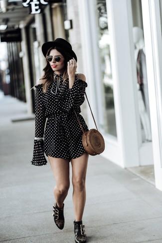 Comment porter: combishort á pois noir et blanc, bottines en cuir à clous noires, sac bandoulière de paille marron, chapeau en laine noir