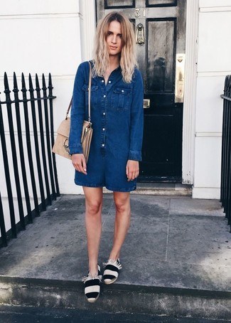 Comment porter: combishort en denim bleu marine, espadrilles à rayures horizontales blanches et noires, cartable en daim beige