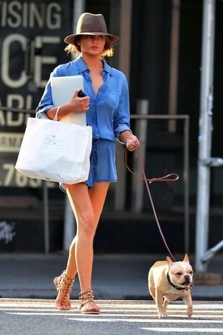Comment porter: combishort en denim bleu, sandales spartiates en cuir marron, chapeau en laine gris