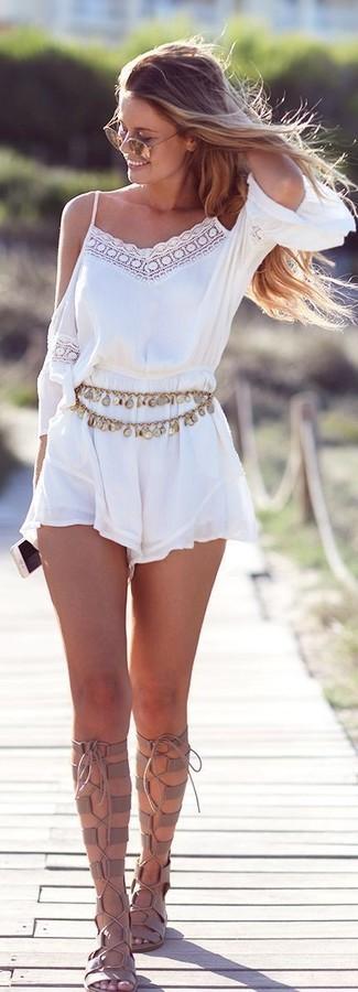 Comment porter: combishort en dentelle blanc, sandales spartiates hautes en cuir beiges, ceinture dorée